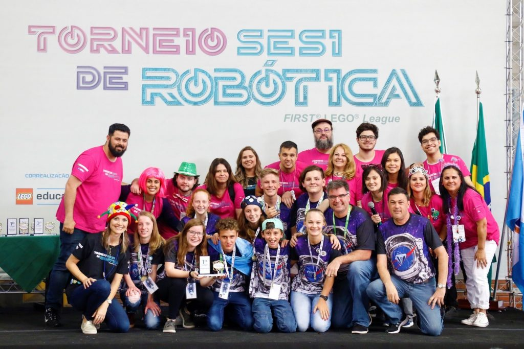 Equipes de Horizontina na FIRST Lego League com o troféu dos 'Diamonds'